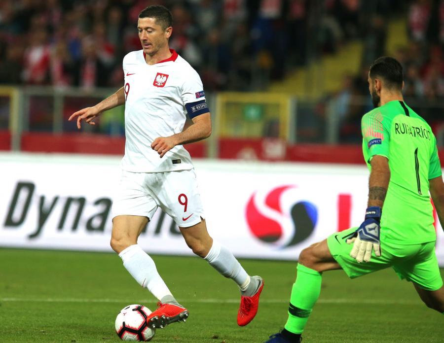 Robert Lewandowski (L) i bramkarz Rui Patricio (P) z Portugalii podczas meczu piłkarskiej Ligi Narodów w Chorzowie