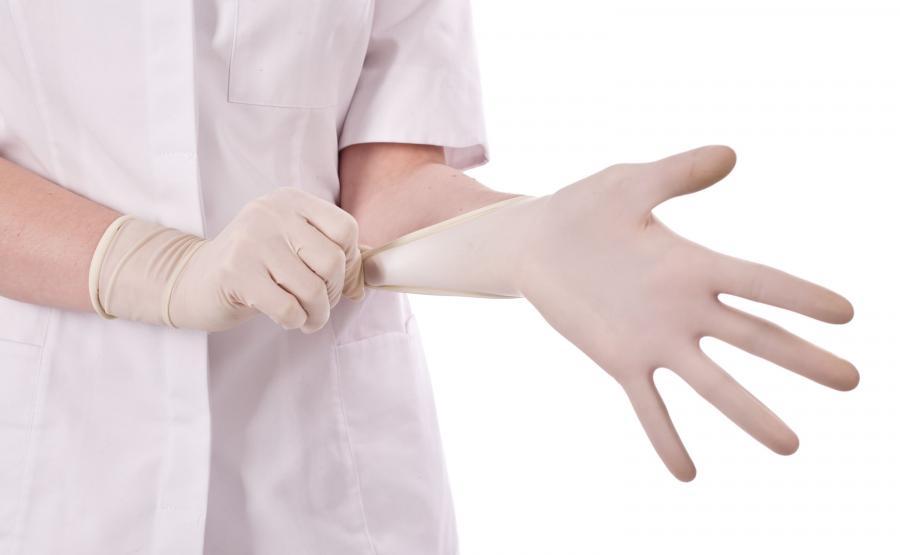 Lekarz zakłada rękawiczkę