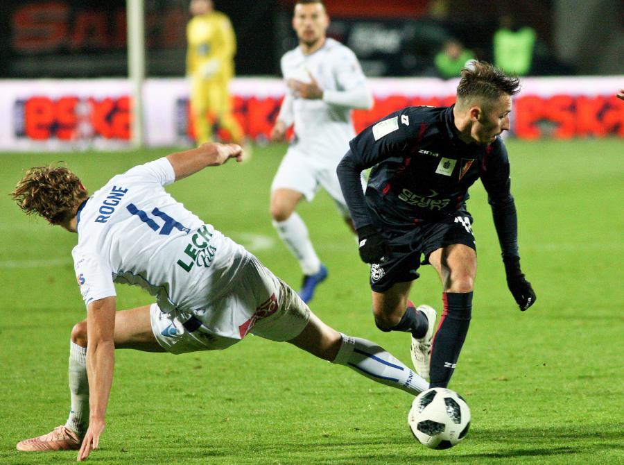 Piłkarz Pogoni Szczecin Radosław Majewski (P) i Thomas Rogne (L) z Lecha Poznań