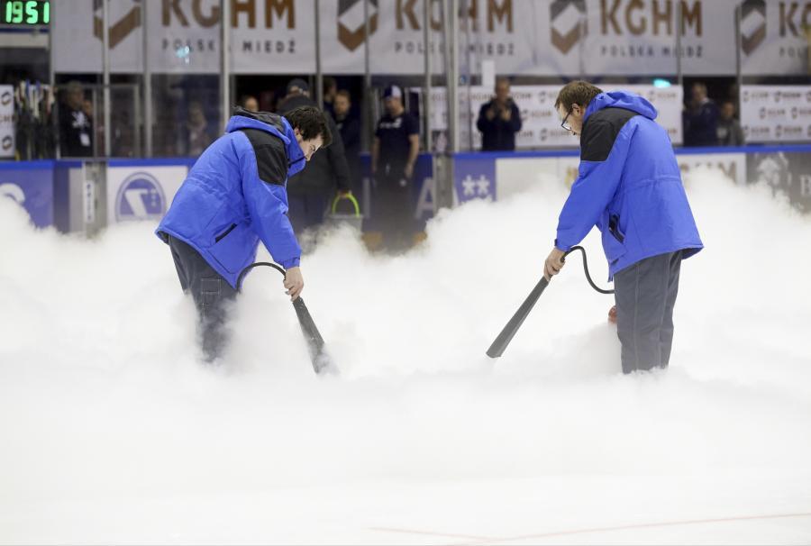 Pracownicy naprawiają uszkodzoną taflę lodowiska podczas meczu hokeja na lodzie w turnieju EIHC