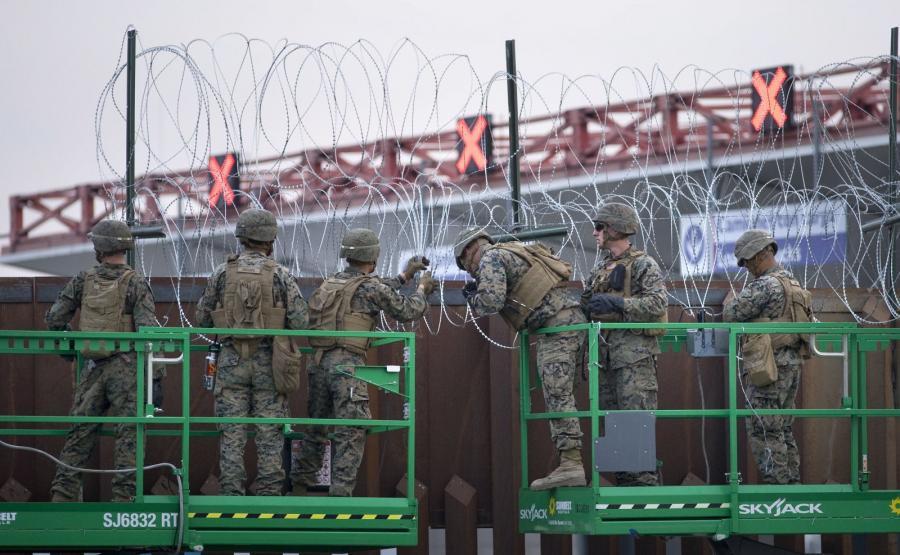 Amerykańscy żołnierze zbroją mur na granicy z Meksykiem