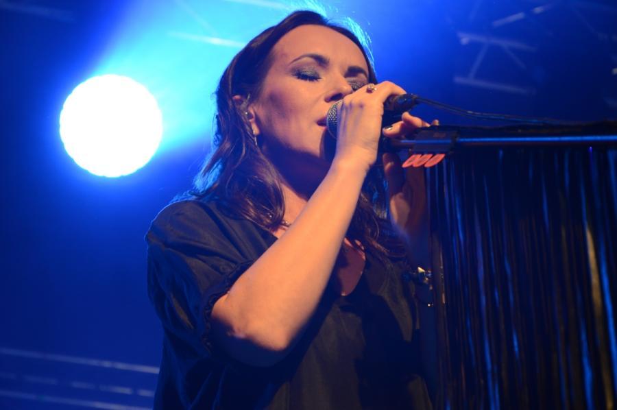 Kasia Kowalska na scenie klubu Stodoła. Warszawa, 25 listopada 2018 roku