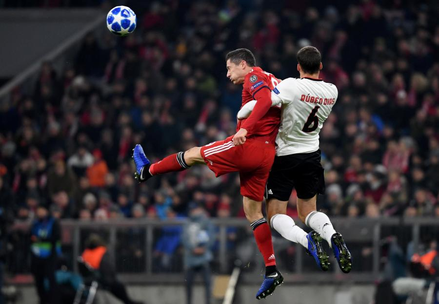 Piłkarze Bayernu Monachium Robert Lewandowski (L) i Ruben Dias (P) z Benfiki Lizbona podczas meczu grupy E Ligi Mistrzów