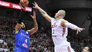 Zawodnik reprezentacji Polski Maciej Lampe (P) i Pietro Aradori (L) z Włoch podczas meczu eliminacyjnego do mistrzostw świata koszykarzy