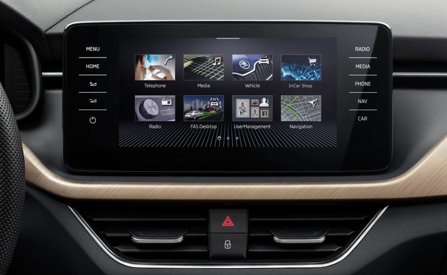 Wrażenie ekskluzywności potęguje wielki ekran dotykowy przypominający iPada. Również obsługa jest intuicyjna niczym system operacyjny w kultowym tablecie. Poniżej znajduje się funkcjonalna podpórka na nadgarstek, która ułatwia korzystanie z wyświetlacza. Scala umożliwi podglądanie na tabletach czy smartfonach informacji na temat aktualnego przebiegu auta, zużycia paliwa czy lokalizacji samochodu oraz pozwoli ustalać przyszłe trasy z dowolnego miejsca i wgrywać je bezpośrednio do systemu nawigacyjnego