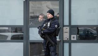 Francuska policja przed blokiem domniemanego sprawcy zamachu