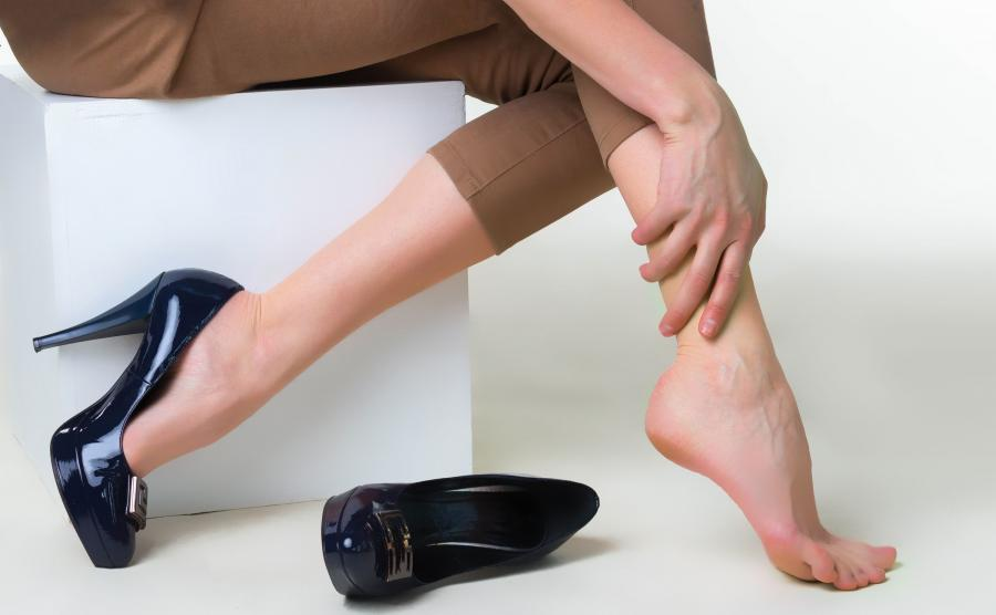 Kobieta dotyka nogę