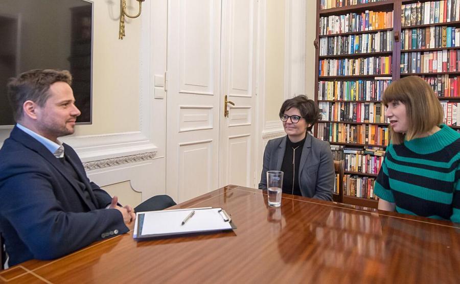 Rafał Trzaskowski i Justyna Glusman podczas spotkania z Grażyną Wolszczak