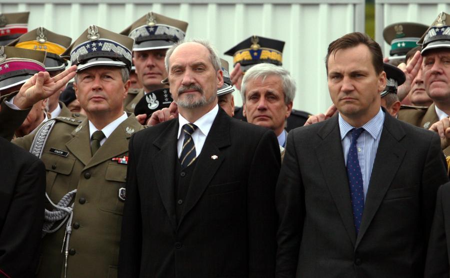 Rok 2006, szef MON Radosław Sikorski i wiceszef MON Antoni Macierewicz