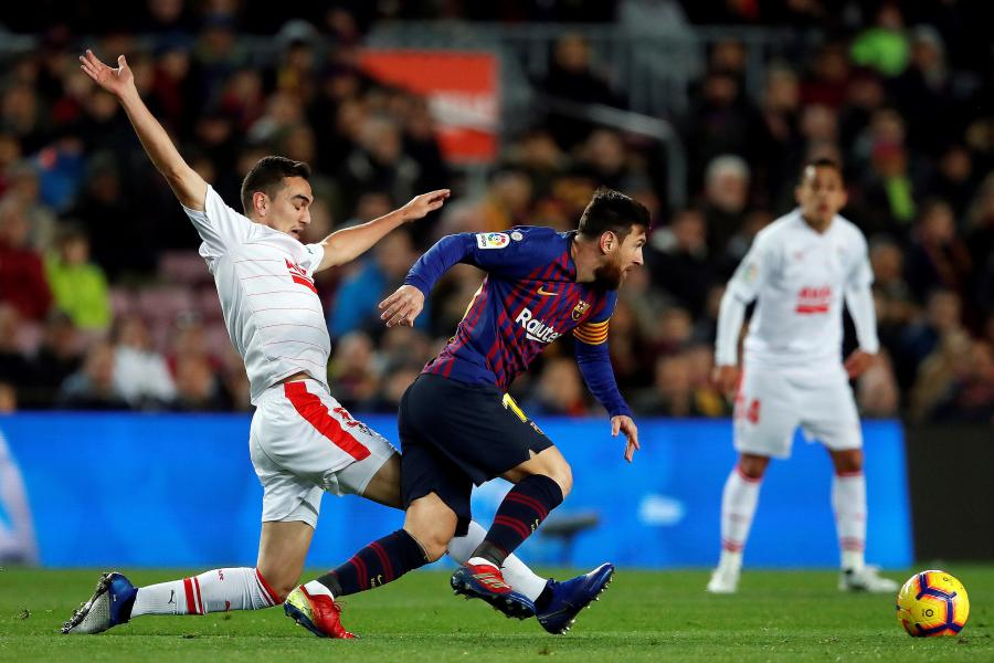 Lionel Messi (w ciemnym stroju)