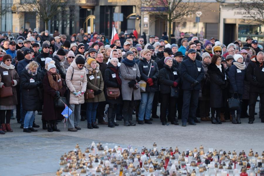 Mieszkańcy Poznania zebrali się na Placu Wolności, by obejrzeć transmisję uroczystości pogrzebowych Pawła Adamowicza