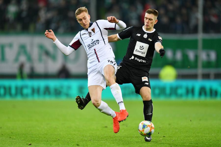 Piłkarz Lechii Gdańsk Michał Nalepa (P) i Adam Buksa (L) z Pogoni Szczecin