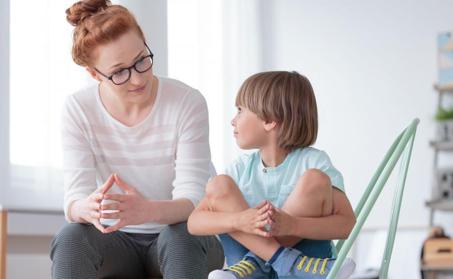 Mama rozmawia z dzieckiem