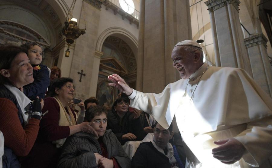 Papież Franciszek w Loreto pozdrawia tłumy wiernych