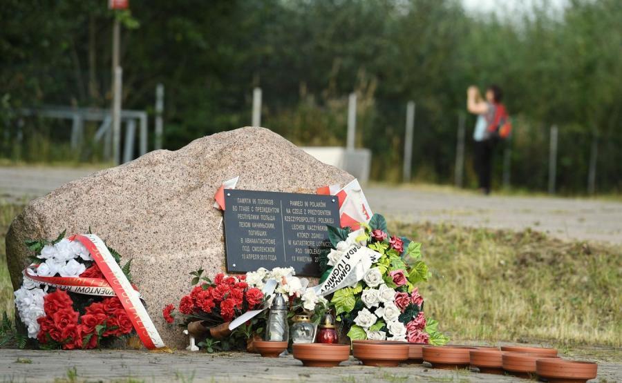 Obelisk upamiętniający ofiary katastrofy samolotu prezydenckiego Tu-154M w Smoleńsku