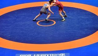 Polak Zbigniew Baranowski (L) i Ukrainiec Bohdan Hrytsay (P) w ćwierćfinałowym pojedynku w kategorii 92 kg podczas zapaśniczych mistrzostw Europy w stylu wolnym i klasycznym