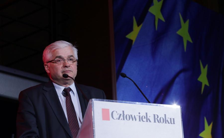 Rok 2017, były premier Włodzimierz Cimoszewicz wygłasza laudację podczas gali przyznania wiceprzewodniczącemu Komisji Europejskiej Fransowi Timmermansowi tytułu Człowieka Roku \