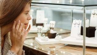 Kobieta przygląda się biżuterii