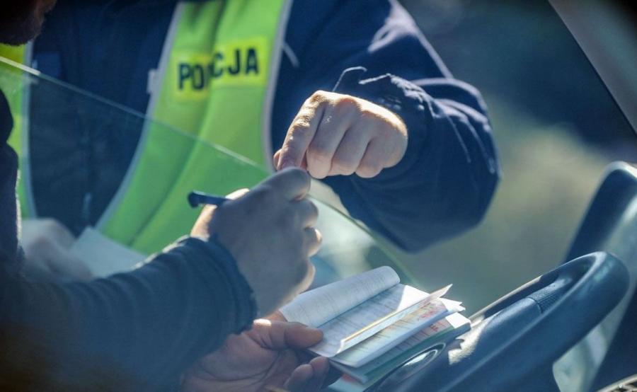 Poza zatrzymaniem dowodu rejestracyjnego kierowca, który ewidentnie zaniedbał obsługę swojego samochodu może liczyć się z mandatem nawet do 500 zł