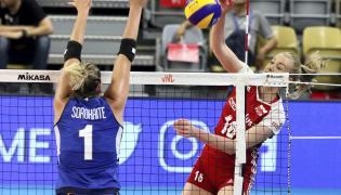 Natalia Mędrzyk (P) i Indre Sorokaite (L) podczas meczu turnieju Ligi Narodów siatkarek w Opolu