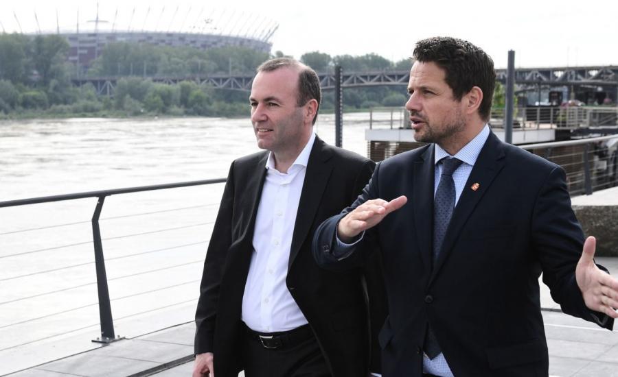 Kandydat europejskich chadeków na stanowisko przewodniczącego Komisji Europejskiej Manfred Weber (L) oraz prezydent miasta Rafał Trzaskowski