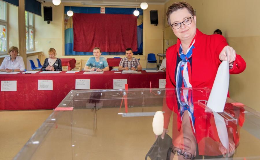 Przewodnicząca Nowoczesnej Katarzyna Lubnauer głosuje w lokalu wyborczym w Szkole Podstawowej 139 w Łodzi