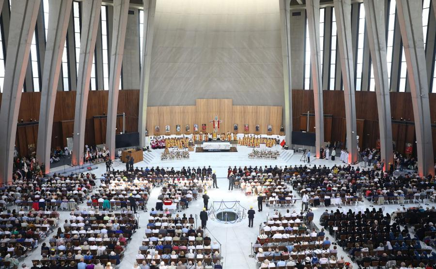 Uczestnicy mszy św. w Świątyni Opatrzności Bożej w warszawskim Wilanowie.