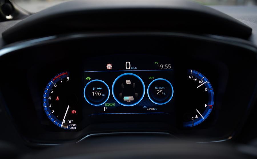 Ekran na środku zegarów może wyświetlać klasyczny lub cyfrowy prędkościomierz. W trybie Sport jest podświetlany na czerwono