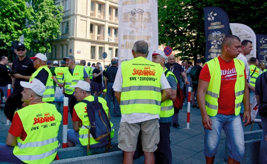 Związkowcy z Jastrzębskiej Spółki Węglowej podczas pikiety przed siedzibą Ministerstwa Energii