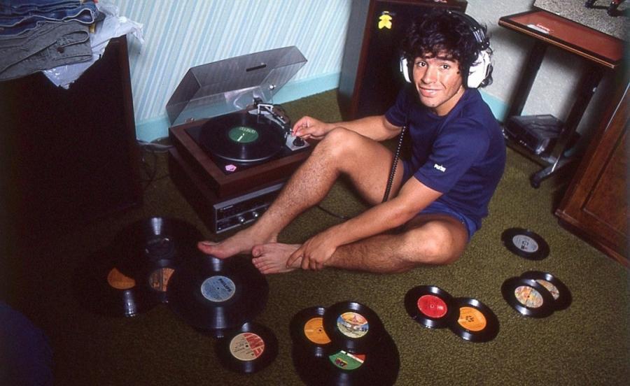 Diego Maradona słuchający płyt