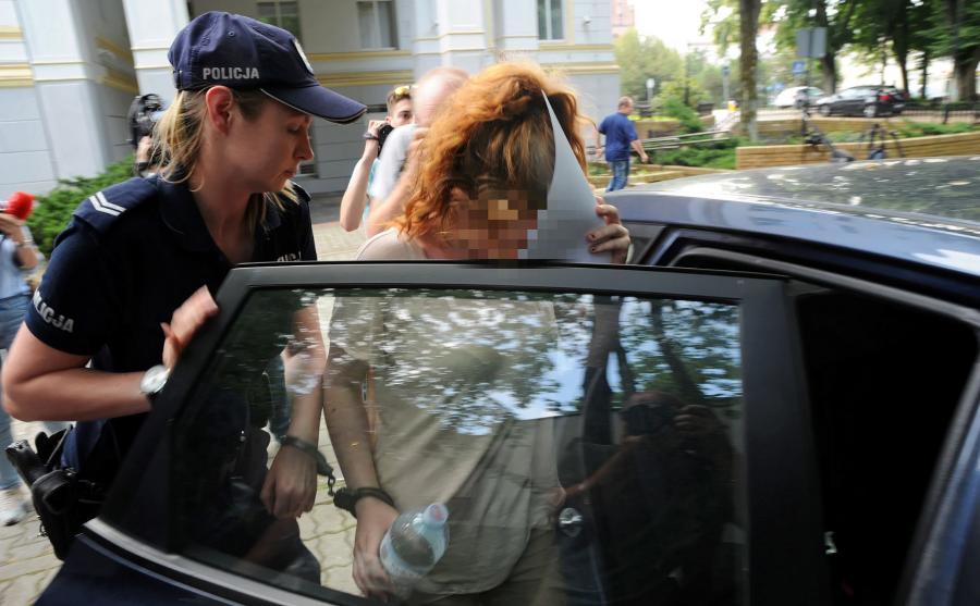 Matka dziecka wyprowadzana po przesłuchaniu w prokuraturze okręgowej w Koszalinie
