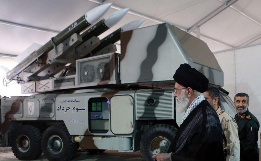 ajatollah Ali Chamenei przy wyrzutni pocisków ziemia-powietrze