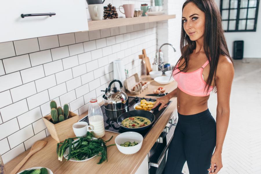 Wysportowana kobieta w kuchni