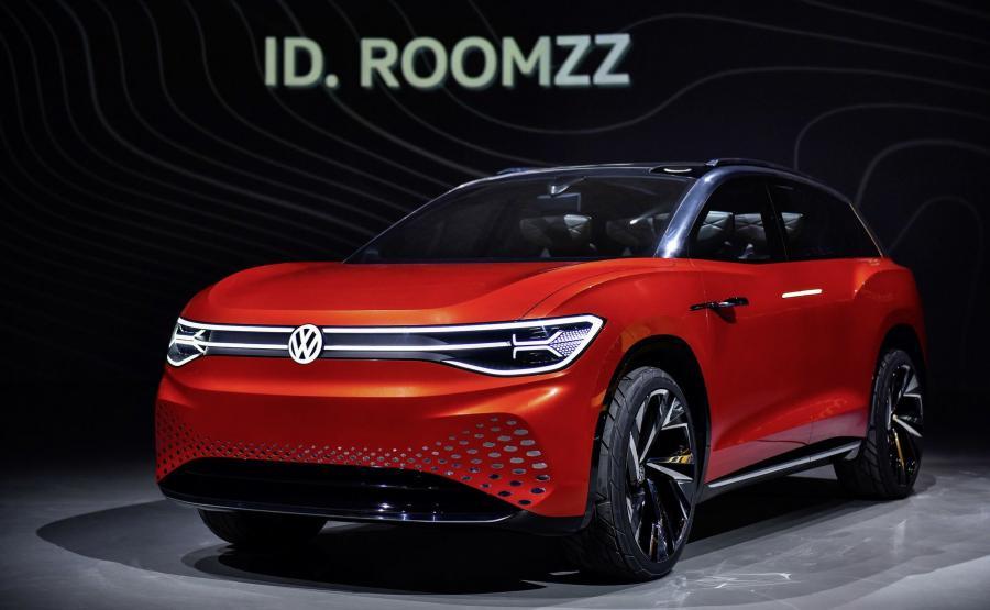 Volkswagen ID. ROOMZZ – po ID.3, ID. Crozz, ID. Buzz, ID. Vizzion i ID. Buggy - jest 6. członkiem rodziny elektryków niemieckiej marki. Mierzący aż 4,92 m długości SUV wykorzystuje platformę MEB - można stwierdzić, że to auto w formacie Touarega. Samochód napędzają dwa silniki: przednia jednostka osiąga moc 102 KM, tylna – 204 KM. Umieszczony w podłodze akumulator o pojemności 82 kWh ma zapewniać zasięg 450 km (wg cyklu WLTP) i można go ładować indukcyjnie lub przez kabel z mocą do 150 kW. Pierwszą setkę od startu ID. ROOMZZ osiąga już po 6,6 s i maksymalnie rozpędza się do 180 km/h. Jego seryjna wersja pojawi się na rynku w 2021 r.