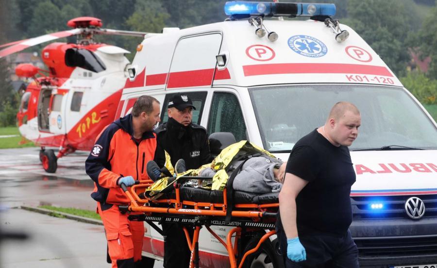 Śmigłowiec TOPR na lądowisku przed szpitalem w Zakopanem