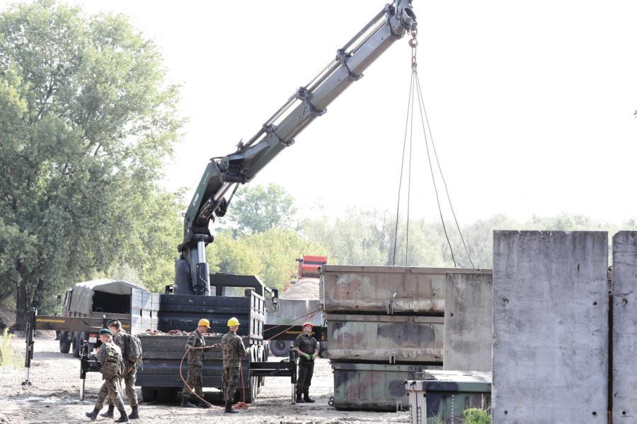 Przygotowania do montażu mostu pontonowego na Wiśle