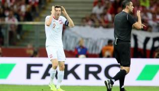 Robert Lewandowski (L) i sędzia Viktor Kassai (P) podczas meczu grupy G eliminacji piłkarskich mistrzostw Europy z Austrią