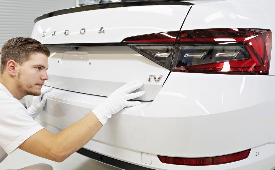 Hybrydowy Superb iV powstaje na tej samej linii produkcyjnej, co najnowsze wersje Skody Superb z napędami konwencjonalnymi. Poza tym fabryka w Kvasinach produkuje również dwa SUV-y – Karoq i Kodiaq