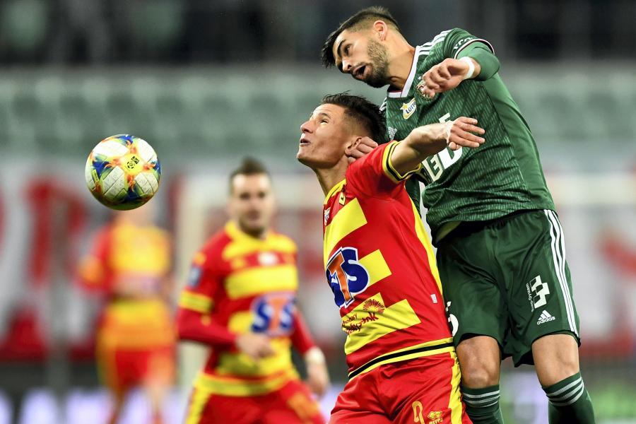 Piłkarz Śląska Wrocław Israel Puerto (P) i Patryk Klimala (L) z Jagiellonii Białystok podczas meczu Ekstraklasy