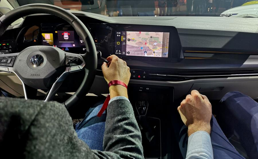 Volkswagen zdecydował, że stylistyka i innowacje wprowadzą króla kompaktów w nową epokę – zelektryfikowanych układów napędowych, wnętrza zawładniętego przez cyfrowy kokpit, łączności internetowej, systemów asystujących oraz licznych funkcji i usług online. Dzięki tym rozwiązaniom Golf VIII ma trafić w potrzeby nowego pokolenia zakochanego w wirtualnej rzeczywistości