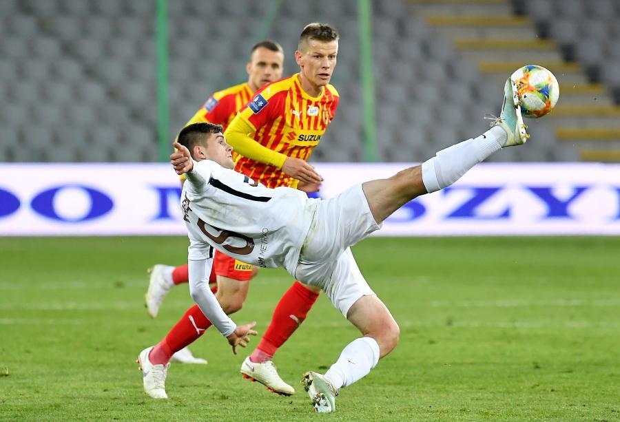 Piłkarz Korony Kielce Jakub Żubrowski (tył) i Łukasz Poręba (przód) z Zagłębia Lubin podczas meczu Ekstraklasy