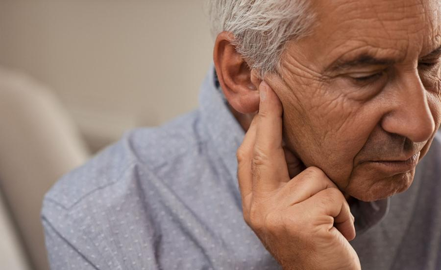 Problemy ze słuchem, niedosłuch, głuchota u osób starszych. Jak zapobiegać i leczyć?