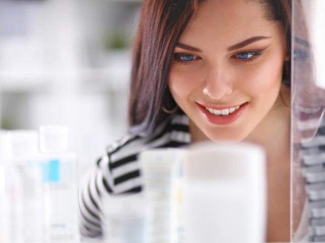 Kobieta ogląda kosmetyki