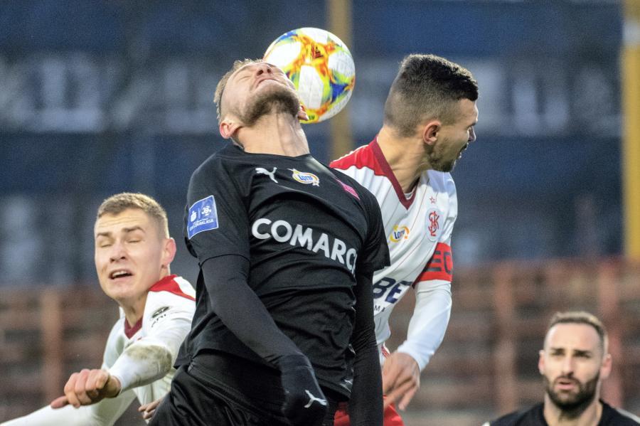 Piłkarze ŁKS Łódź Jan Sobociński (L) i Maksymilian Rozwandowicz (2P) oraz David Jablonsky (2L) i Cornel Rapa (P) z Cracovii podczas meczu Ekstraklasy