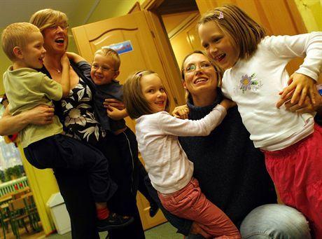 19.10.2007 WarszawaPani Aleksandra Wasiak (z lewej) z dziecmi i Pani .... w przedszkuolu 191 na ulicy Zawrat.Fot. Wojciech Grzedzinski