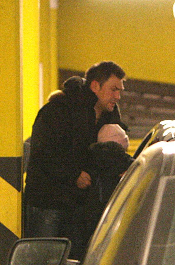 Darek pomógł Wiktorii wsiąść do samochodu. Był bardzo delikatny