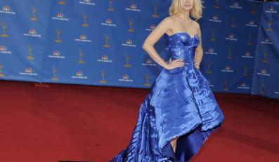 Hit wieczoru: January Jones w błękitnej sukni z cekinowych łusek od Versace