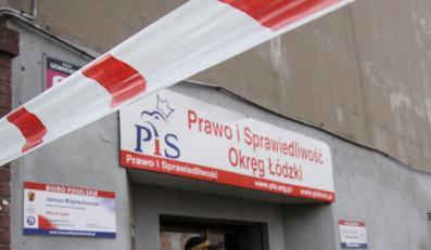 Taśma ostrzegawcza przed wejściem do siedziby łódzkiego biura Prawa i Sprawiedliwości