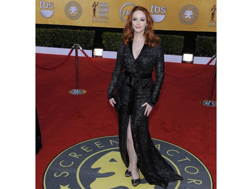 Christina Hendricks wybrała jesienną suknię od L'Wren Scott. Krój tej cekinowej kreacji podkreślił obfite kształty aktorki. Całości dopełniły buty Rene Caovilla i torebka Judith Leibe.