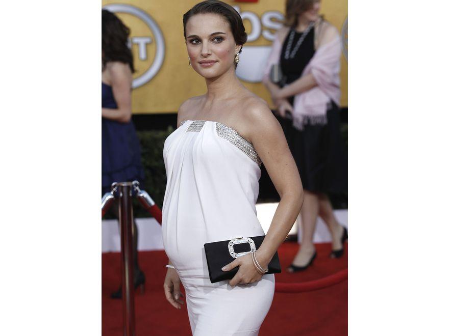Portman zabłysnęła gustowną suknią od Azzaro, świetnie dopasowaną do ciążowego brzucha aktorki. Z suknią kontrastowała czarna kopertówka od Rogera Viviera. Do tego srebrne zdobienia sukni, torebki i biżuteria Tiffany'ego warta, bagatela, 2 miliony dolarów!